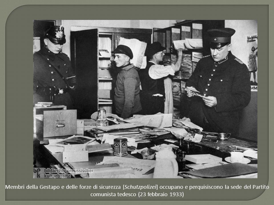 Membri della Gestapo e delle forze di sicurezza [Schutzpolizei] occupano e perquisiscono la sede del Partito comunista tedesco (23 febbraio 1933)