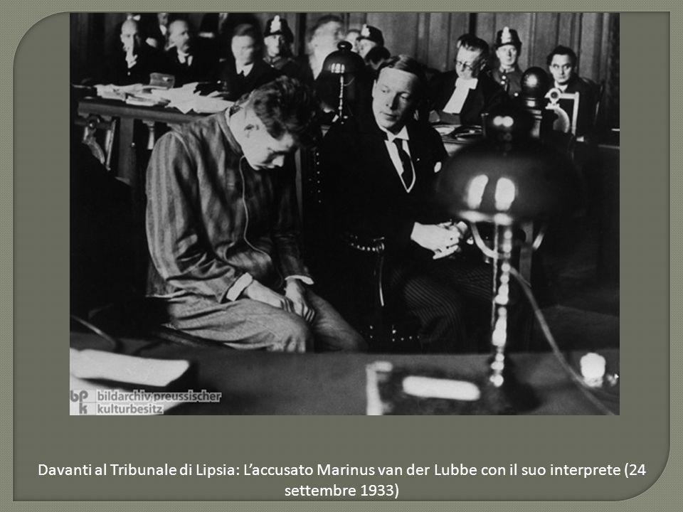 Davanti al Tribunale di Lipsia: L'accusato Marinus van der Lubbe con il suo interprete (24 settembre 1933)