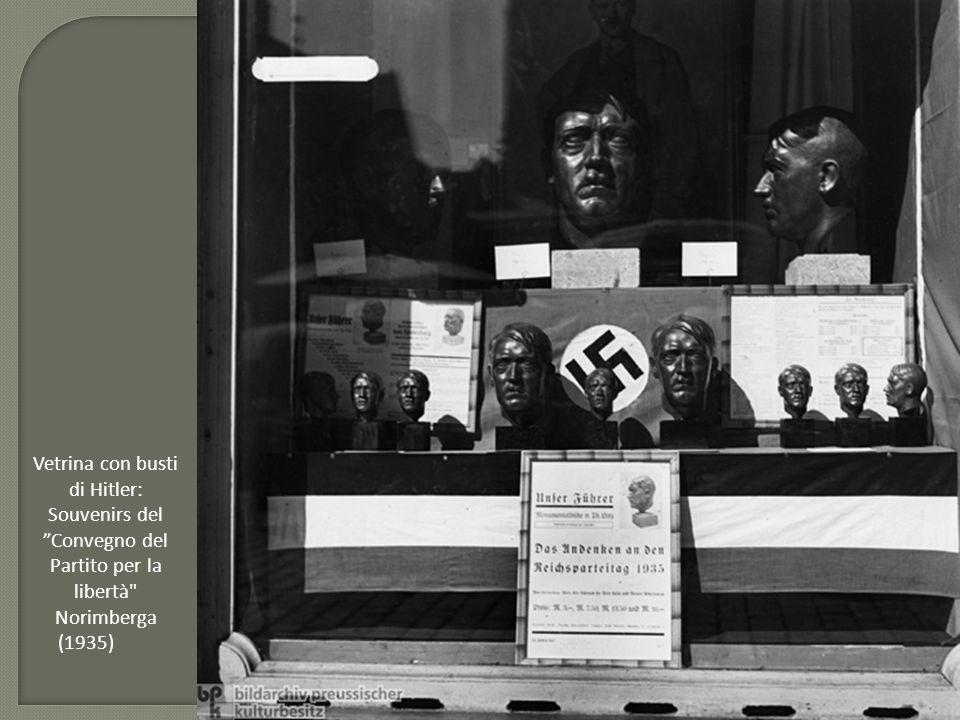 """Vetrina con busti di Hitler: Souvenirs del """"Convegno del Partito per la libertà"""