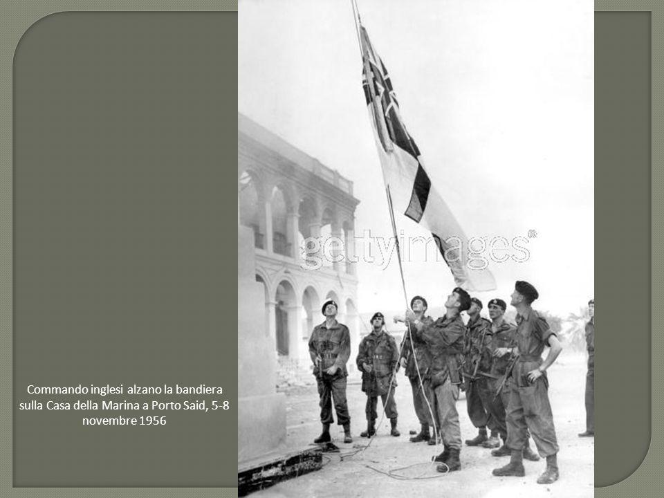 Commando inglesi alzano la bandiera sulla Casa della Marina a Porto Said, 5-8 novembre 1956
