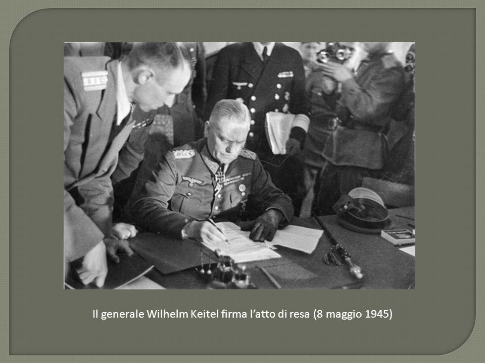 Il generale Wilhelm Keitel firma l'atto di resa (8 maggio 1945)
