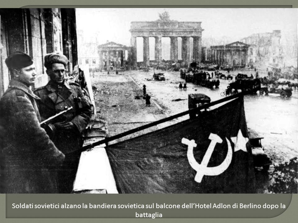 Soldati sovietici alzano la bandiera sovietica sul balcone dell'Hotel Adlon di Berlino dopo la battaglia