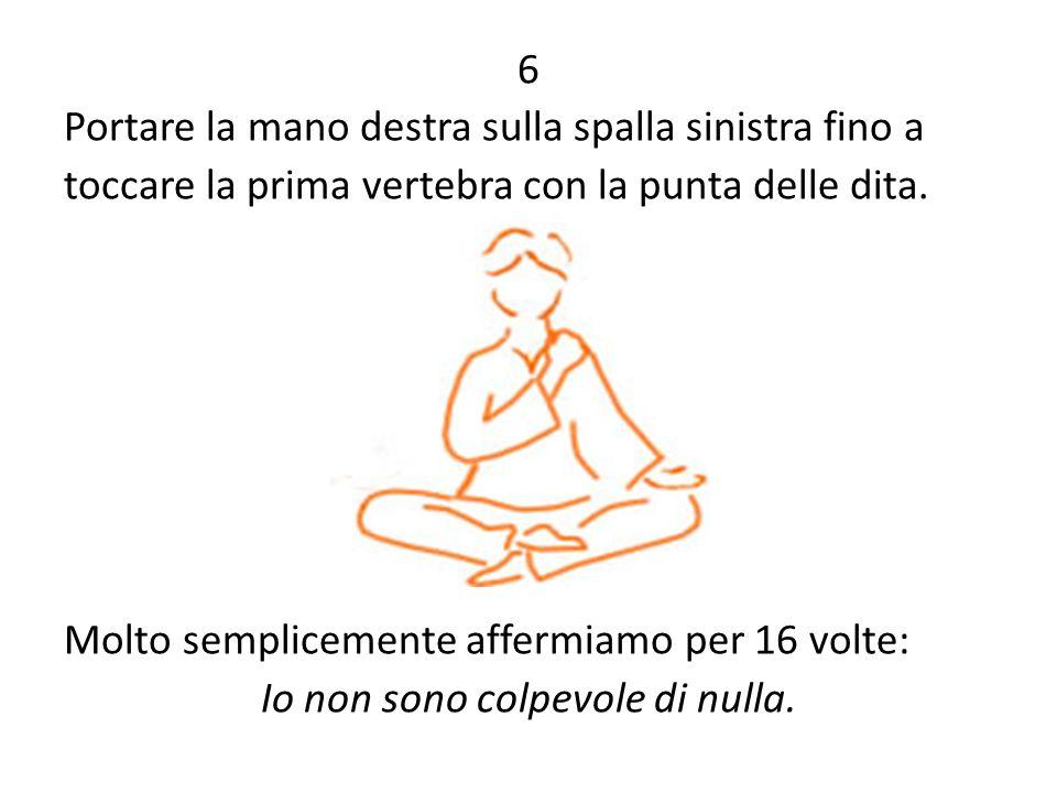 6 Portare la mano destra sulla spalla sinistra fino a toccare la prima vertebra con la punta delle dita.