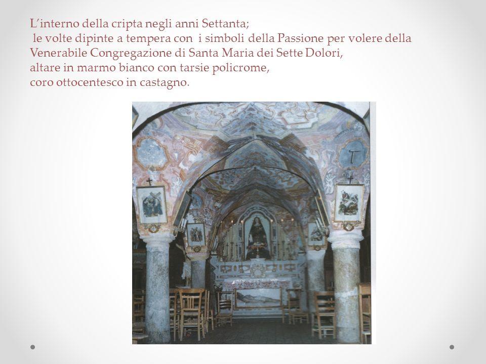 L'interno della cripta negli anni Settanta; le volte dipinte a tempera con i simboli della Passione per volere della Venerabile Congregazione di Santa