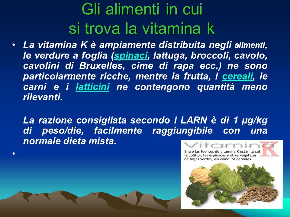 Gli alimenti in cui si trova la vitamina k La vitamina K è ampiamente distribuita negli alimenti, le verdure a foglia (spinaci, lattuga, broccoli, cavolo, cavolini di Bruxelles, cime di rapa ecc.) ne sono particolarmente ricche, mentre la frutta, i cereali, le carni e i latticini ne contengono quantità meno rilevanti.spinacicerealilatticini La razione consigliata secondo i LARN è di 1 µg/kg di peso/die, facilmente raggiungibile con una normale dieta mista.