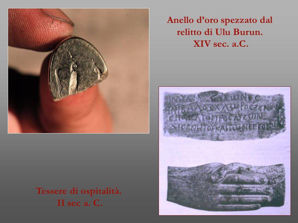Anello d'oro spezzato dal relitto di Ulu Burun. XIV sec. a.C. Tessere di ospitalità. II sec a. C.