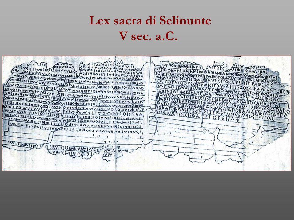 Kýrbeis Plutarco, Solone 25, 1-2: A tutte le leggi assegnò validità per cento anni (462 a.C.), e furono scritte su áxones di legno girevoli sotto intelaiature quadrangolari che le contenevano, delle quali ancora ai nostri tempi (II d.C.) si conservano esigui resti nel Pritaneo, e furono chiamati, come dice Aristotele, kýrbeis… Alcuni però affermano che furono chiamati propriamente kýrbeis quelli in cui sono contenute le norme circa i culti ed i sacrifici, áxones gli altri.