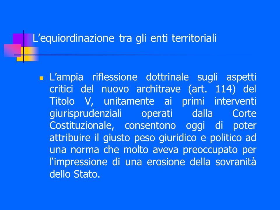 L'equiordinazione tra gli enti territoriali L'ampia riflessione dottrinale sugli aspetti critici del nuovo architrave (art.