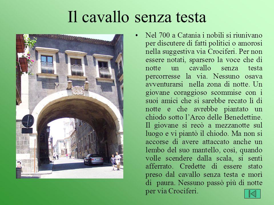 Il cavallo senza testa Nel 700 a Catania i nobili si riunivano per discutere di fatti politici o amorosi nella suggestiva via Crociferi. Per non esser