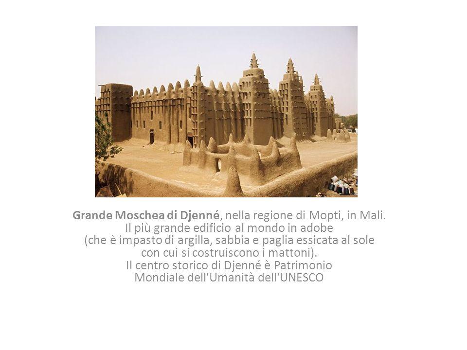 Grande Moschea di Djenné, nella regione di Mopti, in Mali. Il più grande edificio al mondo in adobe (che è impasto di argilla, sabbia e paglia essicat