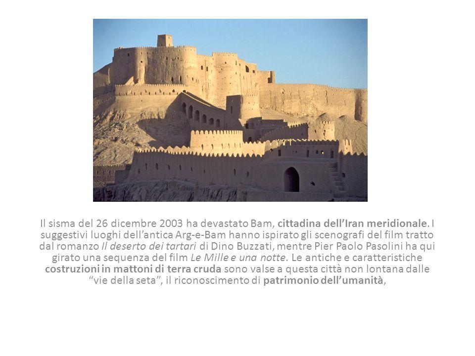Il sisma del 26 dicembre 2003 ha devastato Bam, cittadina dell'Iran meridionale. I suggestivi luoghi dell'antica Arg-e-Bam hanno ispirato gli scenogra
