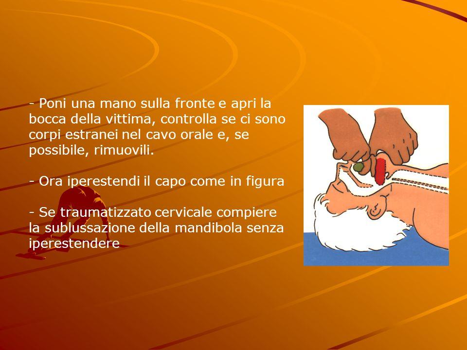- Poni una mano sulla fronte e apri la bocca della vittima, controlla se ci sono corpi estranei nel cavo orale e, se possibile, rimuovili. - Ora ipere