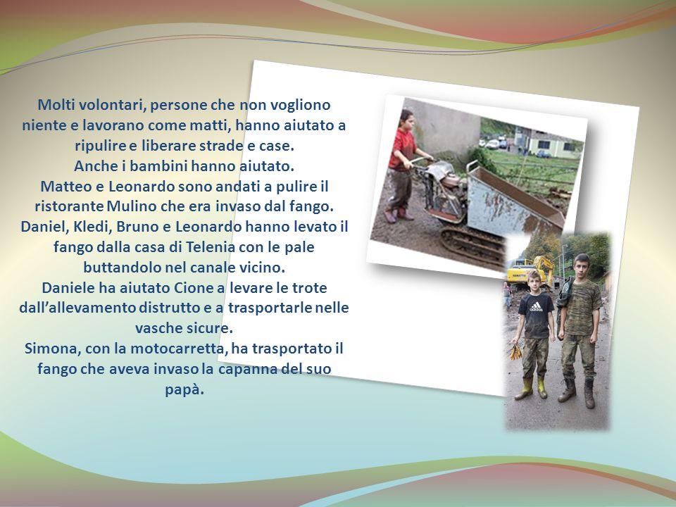 Molti volontari, persone che non vogliono niente e lavorano come matti, hanno aiutato a ripulire e liberare strade e case. Anche i bambini hanno aiuta