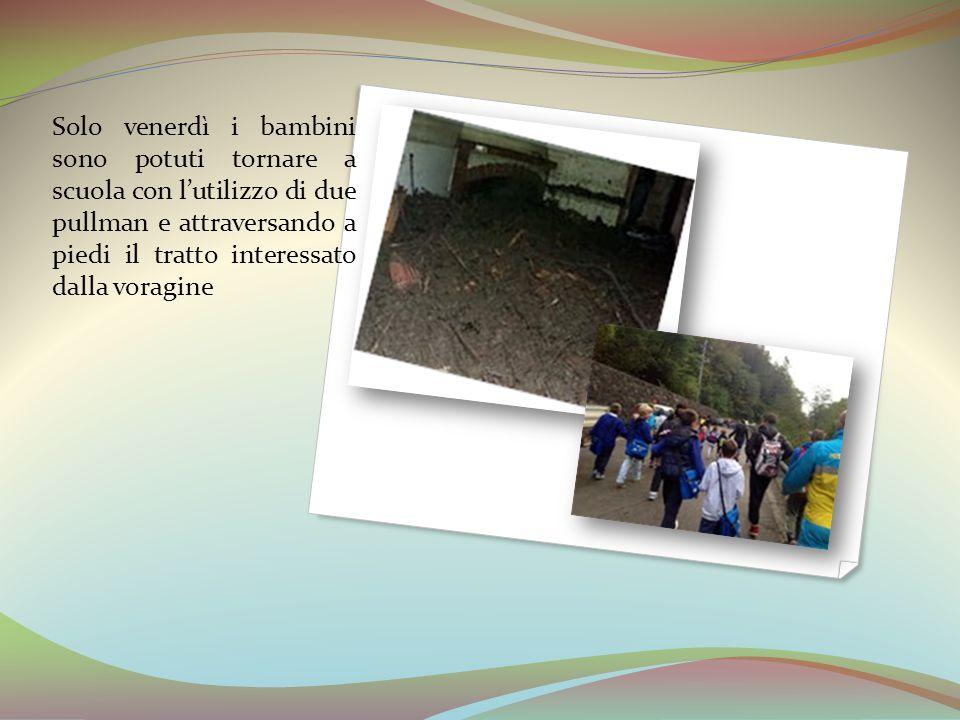 Solo venerdì i bambini sono potuti tornare a scuola con l'utilizzo di due pullman e attraversando a piedi il tratto interessato dalla voragine