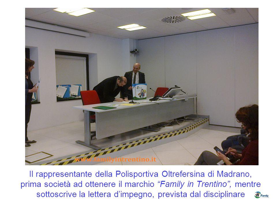 Il rappresentante della Polisportiva Oltrefersina di Madrano, prima società ad ottenere il marchio Family in Trentino , mentre sottoscrive la lettera d'impegno, prevista dal disciplinare