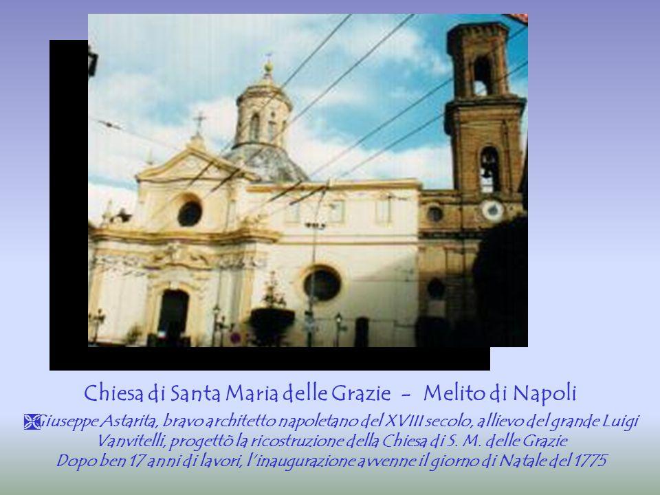  La facciata riprende in maniera elegante e maestosa la linea ondulata e concava di quella della piccola Chiesa di San Raffaele a Materdei Stemma e facciata, con l'epigrafe dettata da Marino Guarano Santa Maria delle Grazie