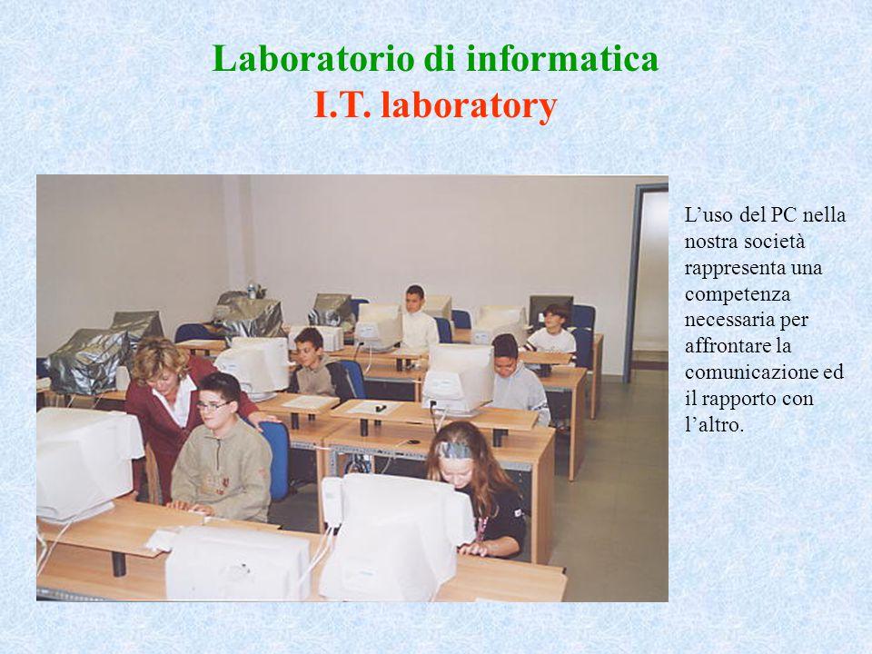 Laboratorio di informatica I.T. laboratory L'uso del PC nella nostra società rappresenta una competenza necessaria per affrontare la comunicazione ed