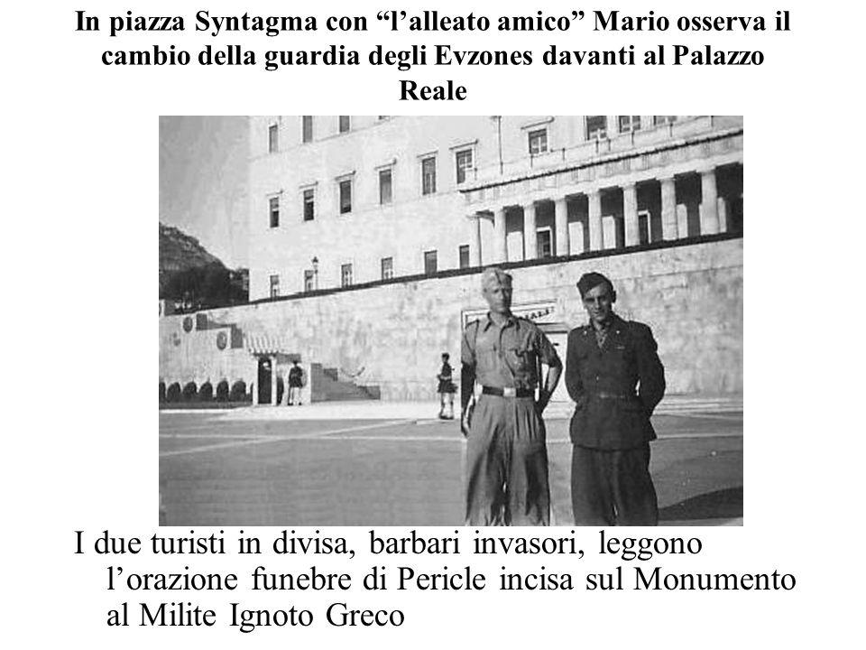 """I due turisti in divisa, barbari invasori, leggono l'orazione funebre di Pericle incisa sul Monumento al Milite Ignoto Greco In piazza Syntagma con """"l"""
