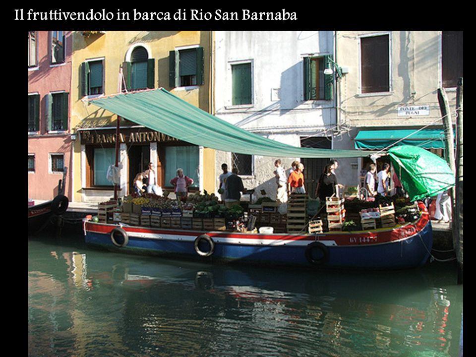 Il fruttivendolo in barca di Rio San Barnaba