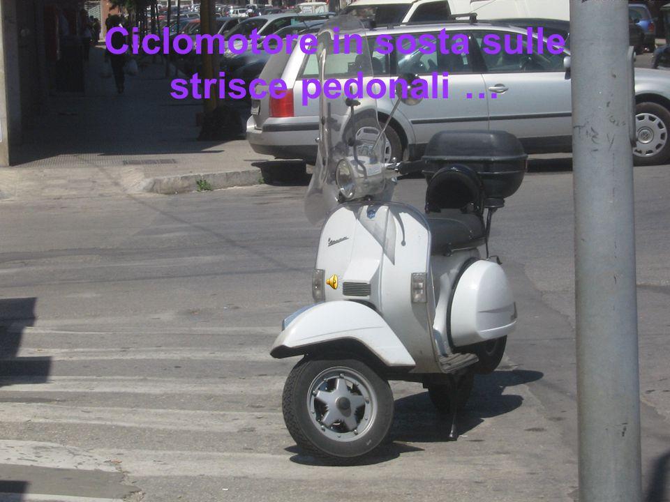 Ciclomotore in sosta sulle strisce pedonali …