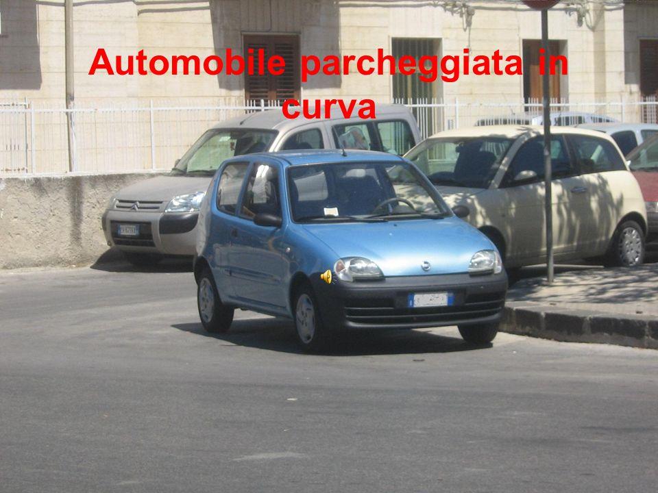 Automobile parcheggiata in curva