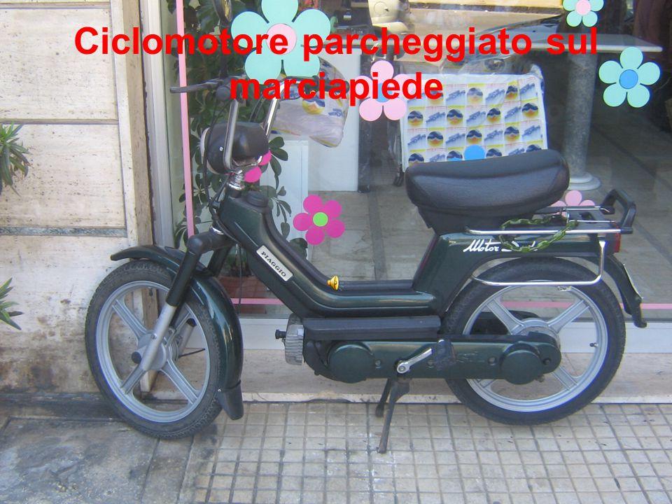 Ciclomotore parcheggiato sul marciapiede