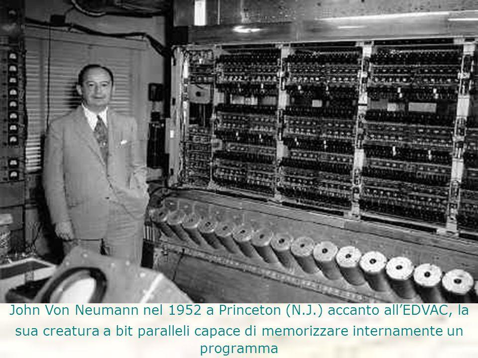 John Von Neumann nel 1952 a Princeton (N.J.) accanto all'EDVAC, la sua creatura a bit paralleli capace di memorizzare internamente un programma