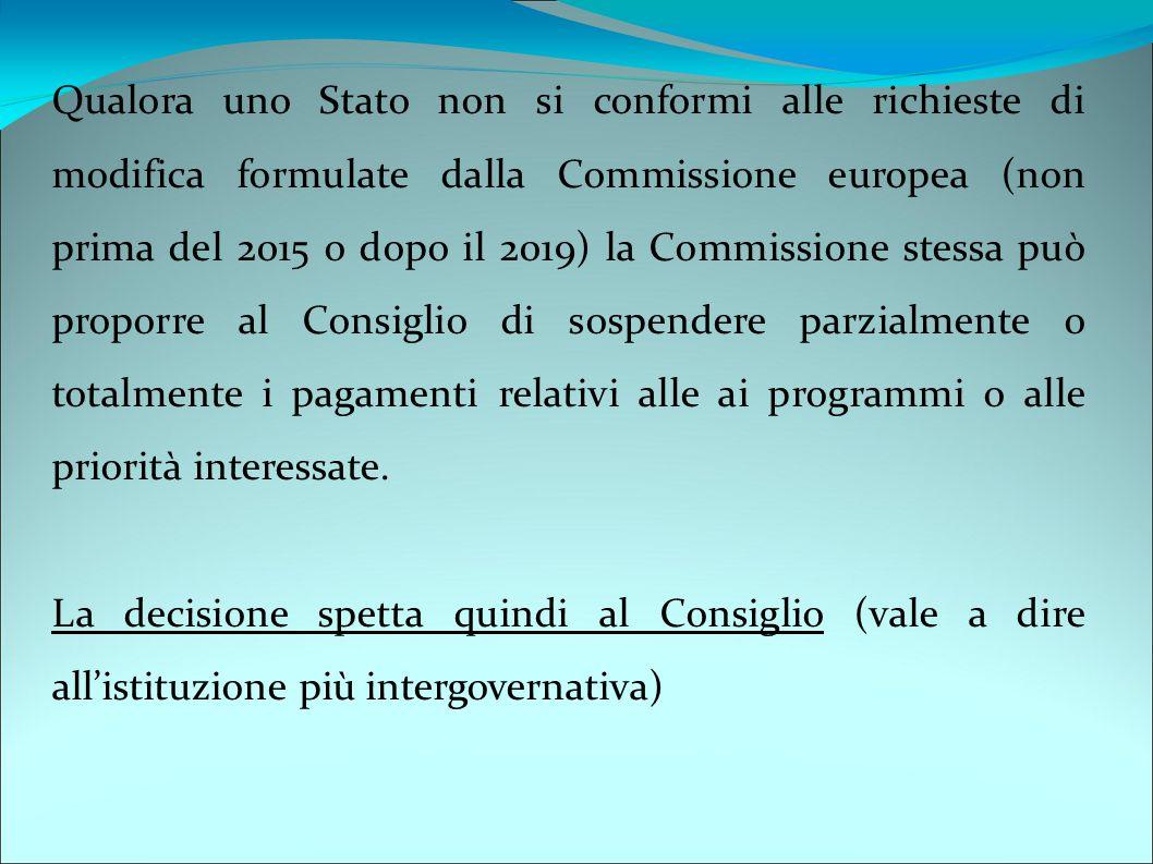 Qualora uno Stato non si conformi alle richieste di modifica formulate dalla Commissione europea (non prima del 2015 o dopo il 2019) la Commissione stessa può proporre al Consiglio di sospendere parzialmente o totalmente i pagamenti relativi alle ai programmi o alle priorità interessate.