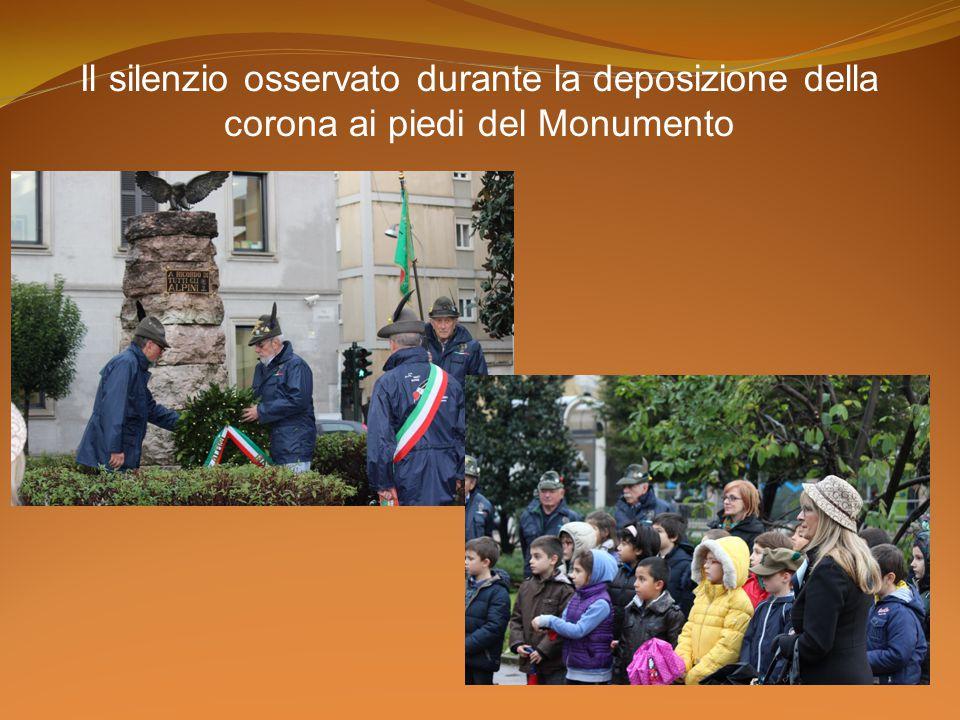 Il silenzio osservato durante la deposizione della corona ai piedi del Monumento