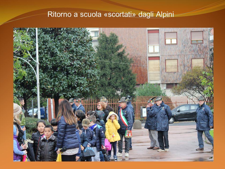 Ritorno a scuola «scortati» dagli Alpini