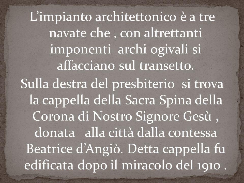 L'impianto architettonico è a tre navate che, con altrettanti imponenti archi ogivali si affacciano sul transetto.