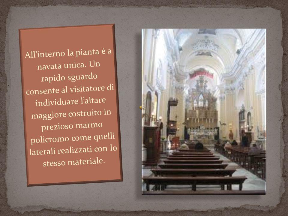 All'interno la pianta è a navata unica. Un rapido sguardo consente al visitatore di individuare l'altare maggiore costruito in prezioso marmo policrom
