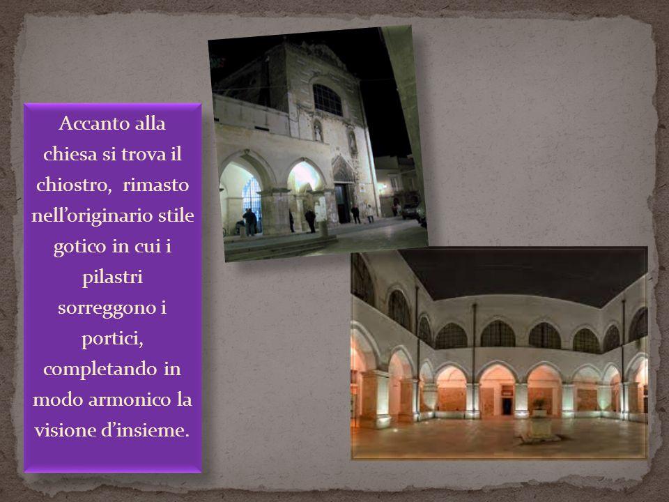 Accanto alla chiesa si trova il chiostro, rimasto nell'originario stile gotico in cui i pilastri sorreggono i portici, completando in modo armonico la visione d'insieme.