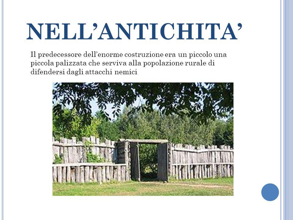 NELL'ANTICHITA' Il predecessore dell'enorme costruzione era un piccolo una piccola palizzata che serviva alla popolazione rurale di difendersi dagli a