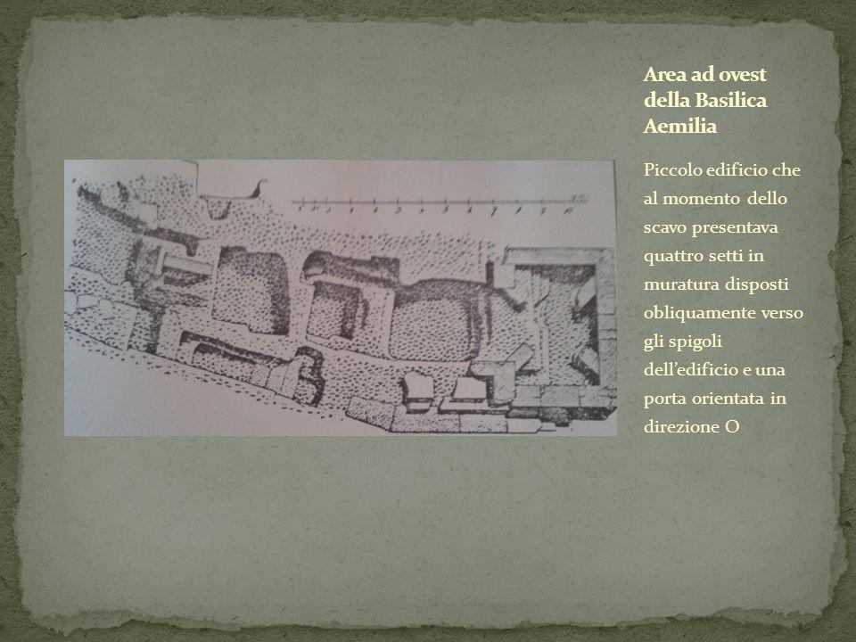 Piccolo edificio che al momento dello scavo presentava quattro setti in muratura disposti obliquamente verso gli spigoli dell'edificio e una porta ori