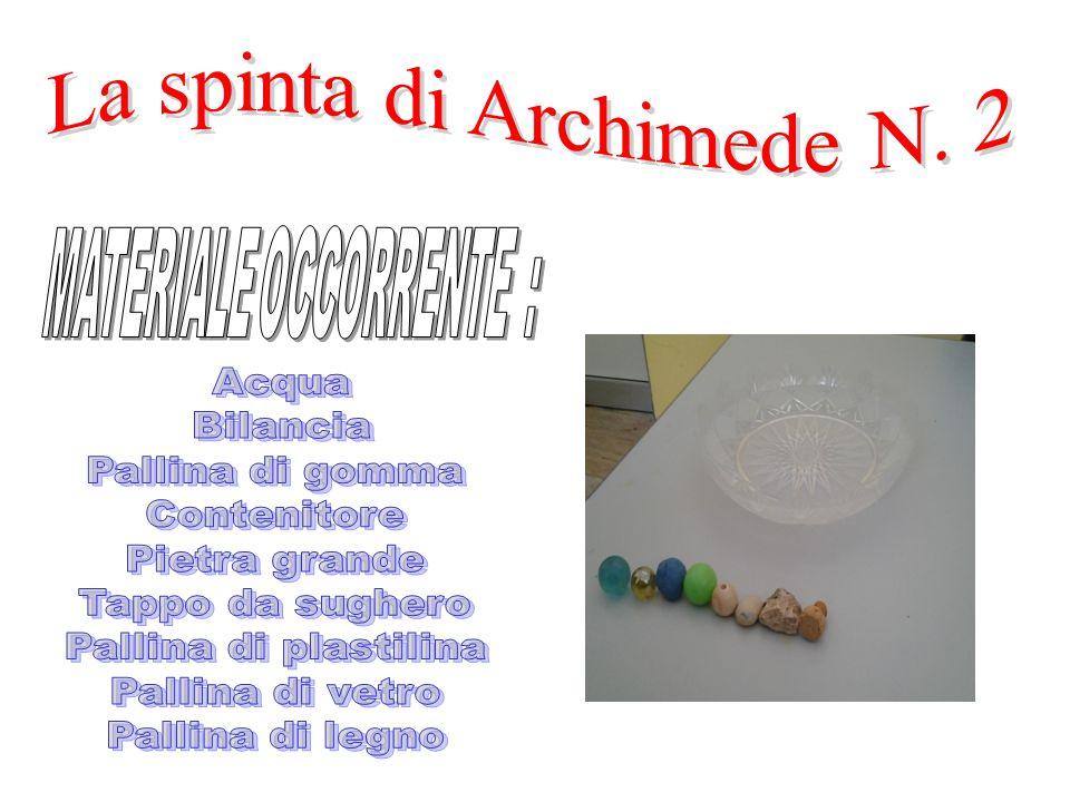 L'esperimento consiste nel mostrare che una certa quantità fissata di plastilina, modellata sotto forma di pallina, affonda mentre, sagomata in modo o