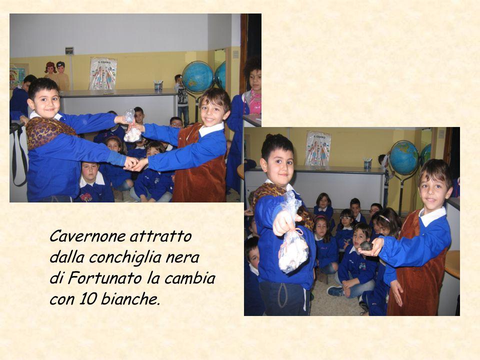Cavernone attratto dalla conchiglia nera di Fortunato la cambia con 10 bianche.