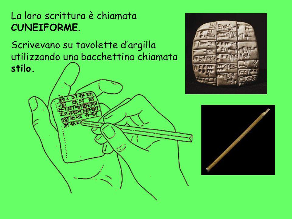 La loro scrittura è chiamata CUNEIFORME. Scrivevano su tavolette d'argilla utilizzando una bacchettina chiamata stilo.