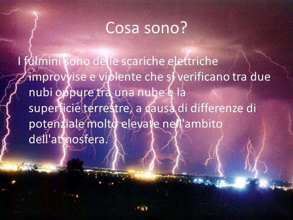 Cosa sono? I fulmini sono delle scariche elettriche improvvise e violente che si verificano tra due nubi oppure tra una nube e la superficie terrestre
