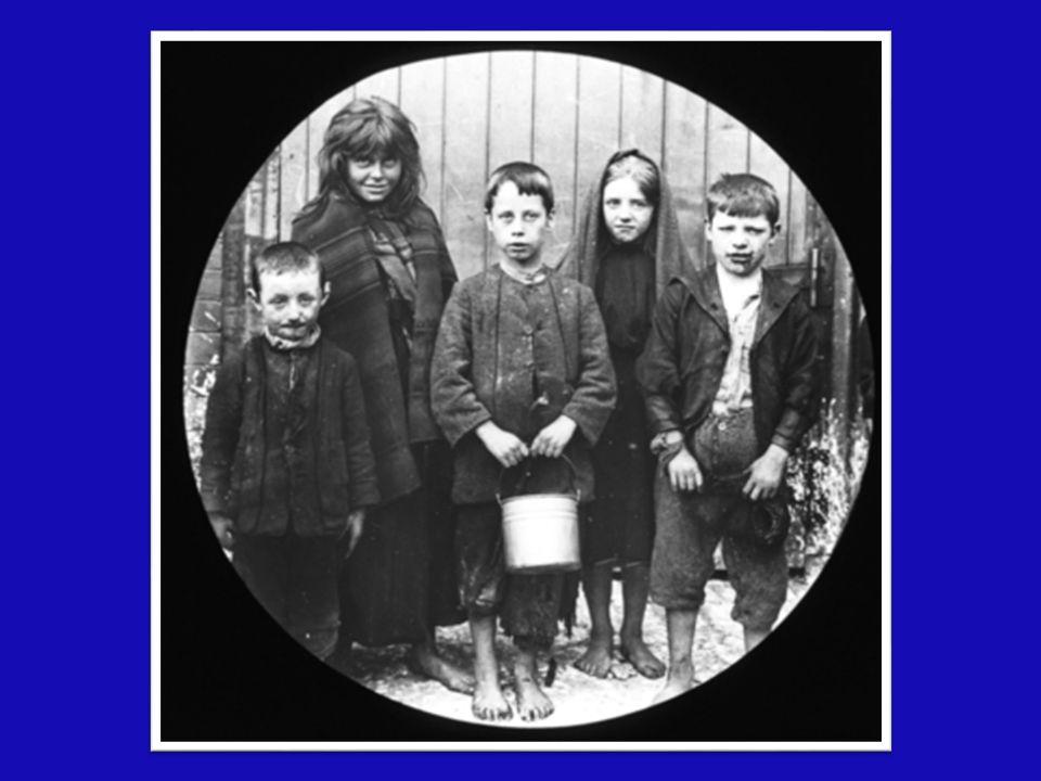 Nei quartieri operai il bisogno e l'angoscia albergavano ovunque Nei quartieri operai il bisogno e l'angoscia albergavano ovunque