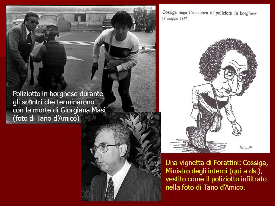 Una vignetta di Forattini: Cossiga, Ministro degli interni (qui a ds.), vestito come il poliziotto infiltrato nella foto di Tano d'Amico. Poliziotto i
