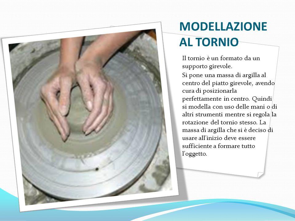 MODELLAZIONE AL TORNIO Il tornio è un formato da un supporto girevole. Si pone una massa di argilla al centro del piatto girevole, avendo cura di posi