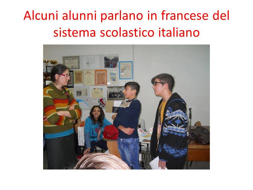 Altri recitano versi della letteratura italiana e napoletana:Pascoli, Manzoni e Totò