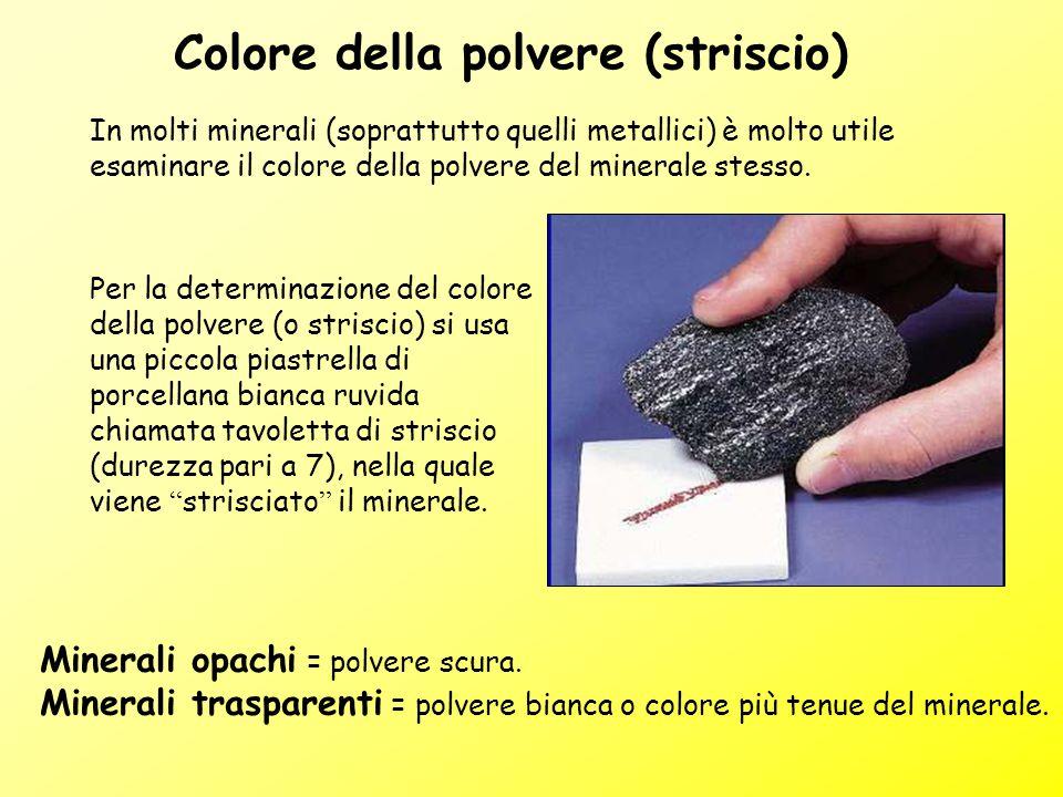 Colore della polvere (striscio) In molti minerali (soprattutto quelli metallici) è molto utile esaminare il colore della polvere del minerale stesso.
