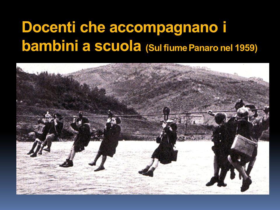 Docenti che accompagnano i bambini a scuola (Sul fiume Panaro nel 1959)