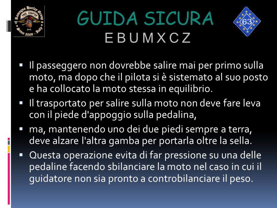 GUIDA SICURA E B U M X C Z  Il passeggero non dovrebbe salire mai per primo sulla moto, ma dopo che il pilota si è sistemato al suo posto e ha colloc