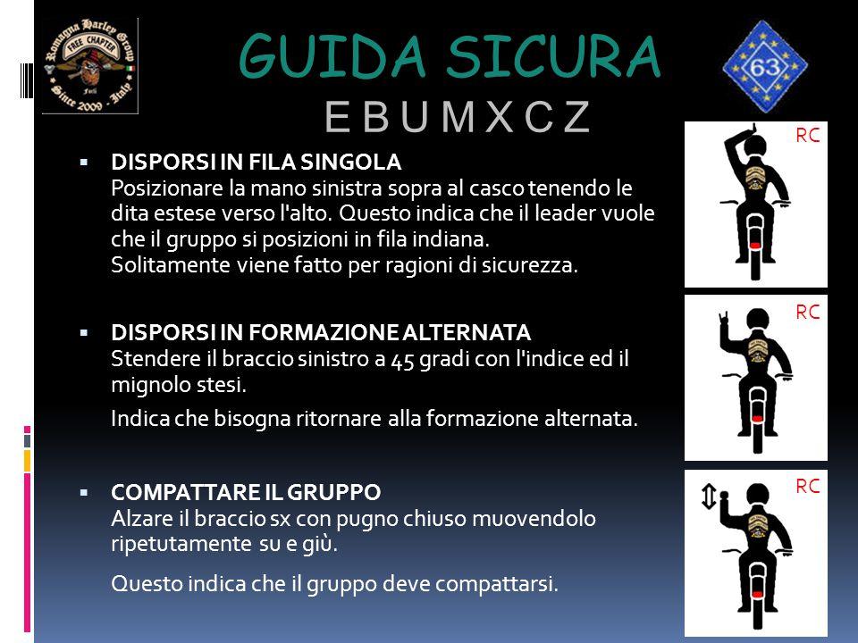 GUIDA SICURA E B U M X C Z  DISPORSI IN FILA SINGOLA Posizionare la mano sinistra sopra al casco tenendo le dita estese verso l'alto. Questo indica c