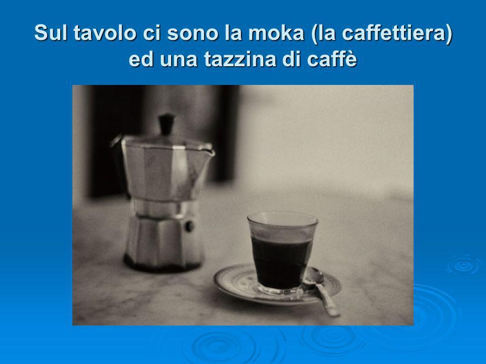 Sul tavolo ci sono la moka (la caffettiera) ed una tazzina di caffè