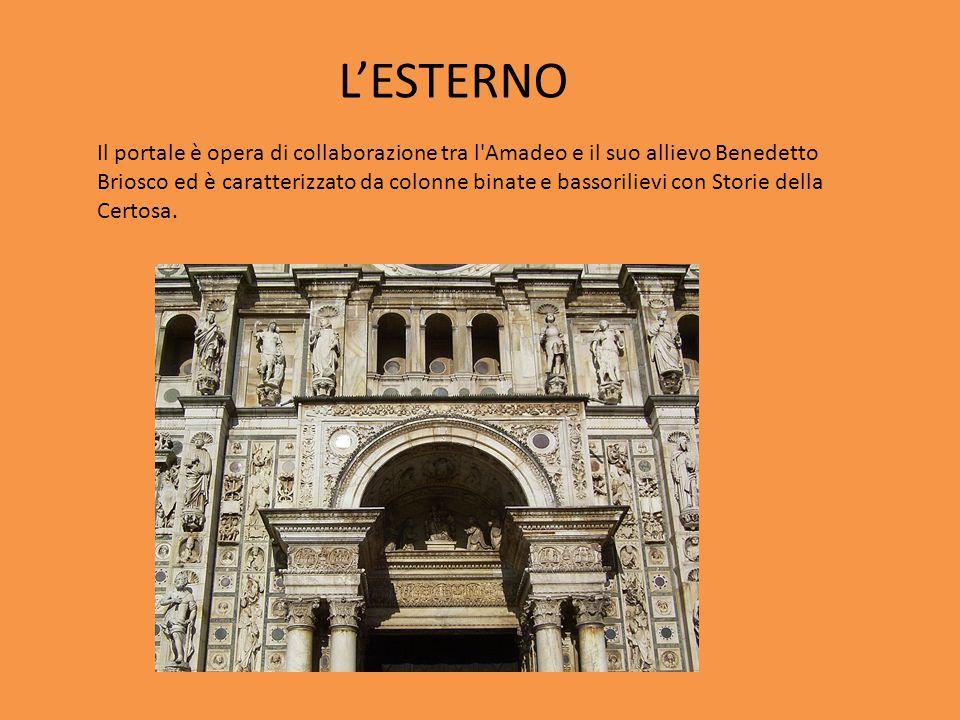Il portale è opera di collaborazione tra l'Amadeo e il suo allievo Benedetto Briosco ed è caratterizzato da colonne binate e bassorilievi con Storie d