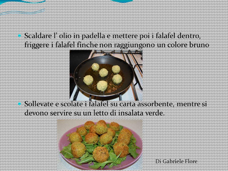 Scaldare l' olio in padella e mettere poi i falafel dentro, friggere i falafel finche non raggiungono un colore bruno Sollevate e scolate i falafel su